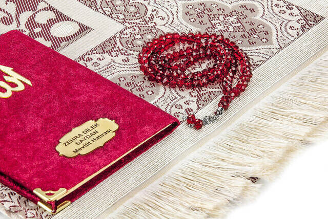 Canım Anneme Kadife Kaplı Yasin Kitabı - Çanta Boy - İsme Özel Plakalı - Seccadeli - Tesbihli - Kutulu - Kırmızı