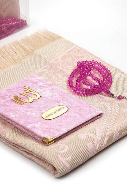 Anneler Gününe Özel Kadife Kaplı Yasin Kitabı - Çanta Boy - İsme Özel Plakalı - Seccadeli - Tesbihli - Kutulu - Pudra Renk